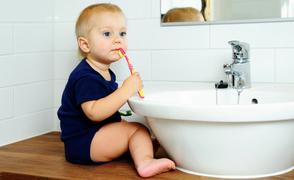 Πότε ξεκινά το βούρτσισμα των δοντιών στα μωρά. Πώς γίνεται σωστά;